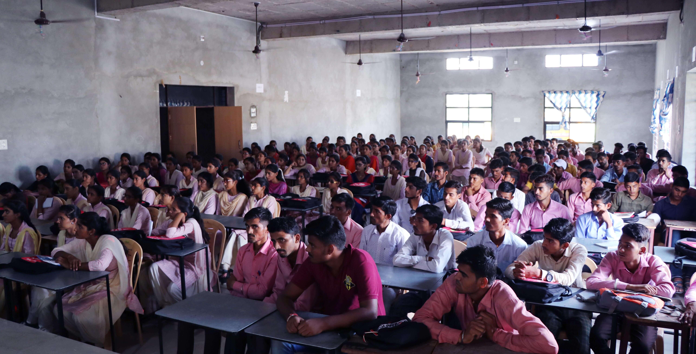 एम.डी. कॉलेज में कुमार श्याम को सुनने पहुंचे छात्र-छात्राएं.