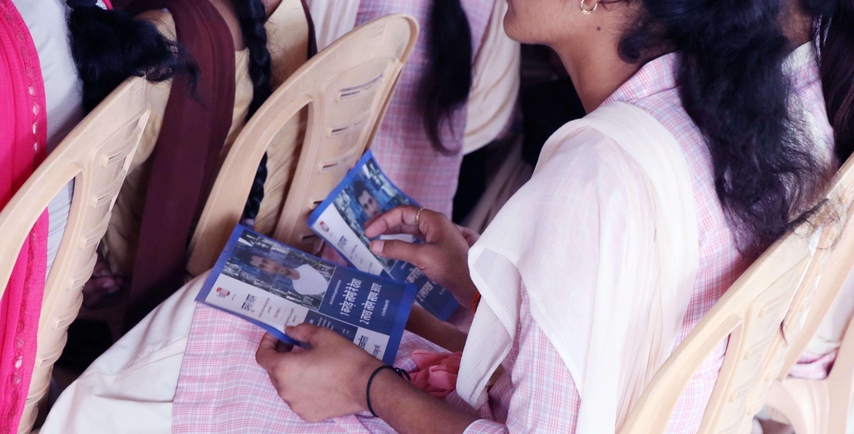 पल्लू के एम.डी. कॉलेज में एक छात्रा के हाथ में कुमार श्याम के पोस्टर.